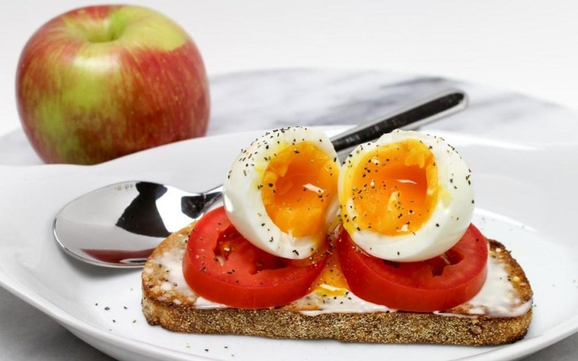 Soft-Cooked-Egg-and-Sliced-Tomato-Breakfast-Toast